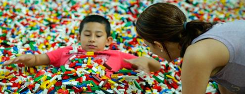 niño en piscina Lego